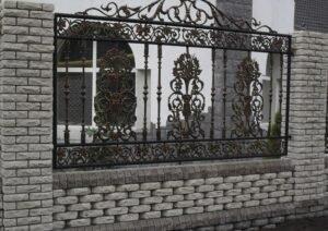 Оригинальный забор из кирпича — надёжная ограда и украшение участка