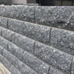 Кирпич облицовочный полнотелый, ложковый, колотый, серого цвета, размер 250х100х65 мм